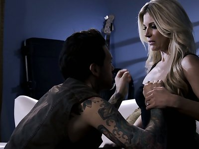 All tattooed shine penetrates soaking pussy of on fire blonde nympho India Summer
