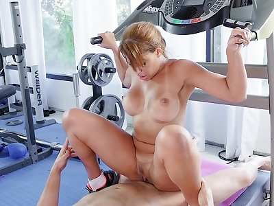 Fit wife ends up shagging with the trainer during her backstage