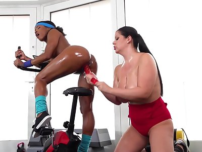Kiki Minaj and Anissa Jolie delete a workout with interracial lesbian sex